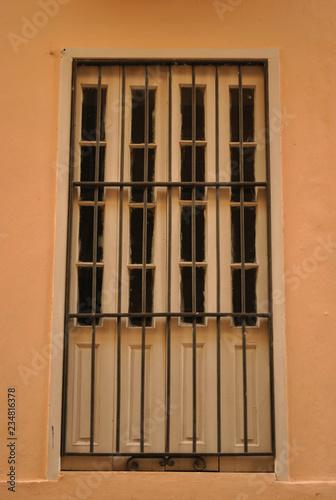fototapeta na ścianę a window in the havana