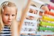 Leinwandbild Motiv Zwei Kinder lernen Rechnen mit dem Abakus