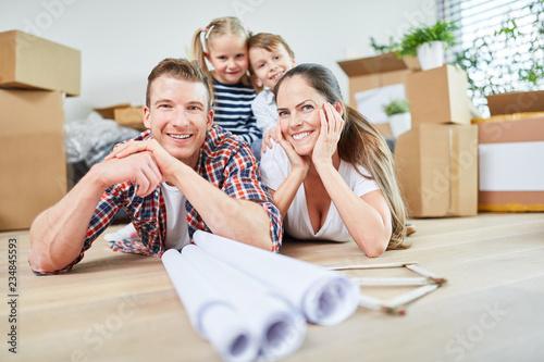 Leinwandbild Motiv Glückliche Familie und Kinder nach dem Umzug