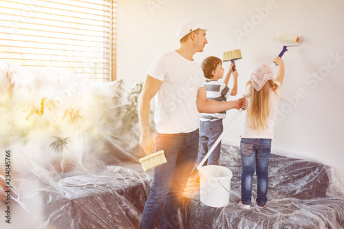 Kinder helfen Vater beim Wand streichen in Haus - 234845766