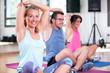 Leinwanddruck Bild - junge leute menschen machen sport fitness im fitnessstudio auf der matte, dehnen halteübungen rumpftraining