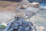 Pflaster schneiden auf Baustelle - 234917173