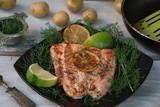 Frisch gebratenes Lachsfilet auf Dillbett mit Limone und Kartoffeln - 234922753