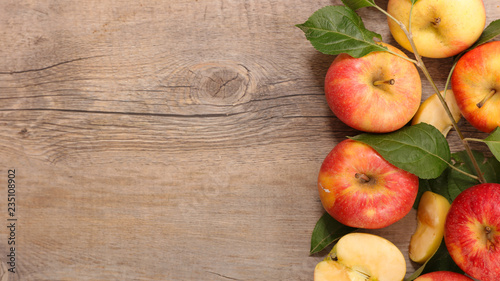 Leinwanddruck Bild fresh apple and leaf