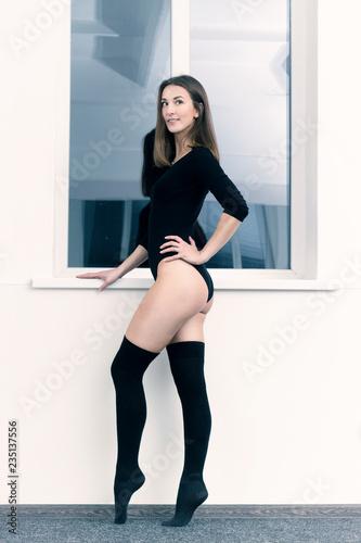 dziewczyna w czerni przy oknie