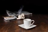 Heisser Kaffee mit Tabakpfeife und Zeitung