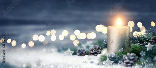 Leinwandbild Motiv Dekoration für Weihnachten mit Kerze und Lichtern auf Schnee und Holz
