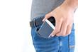 スマートフォンをポケットから取り出す男
