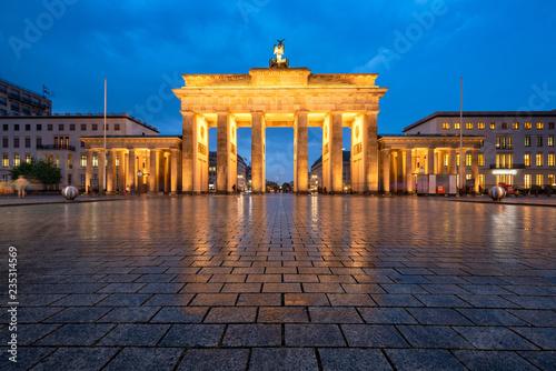 Leinwandbild Motiv Brandenburger Tor im Winter bei Nacht, Berlin, Deutschland