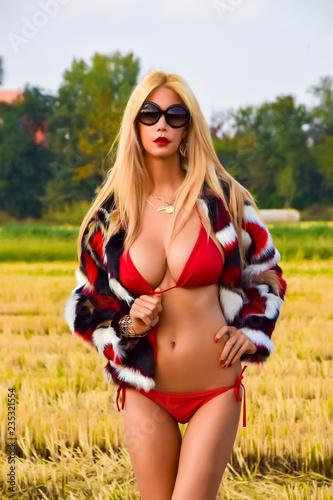 modella bionda in bikini rosso e pelliccia corta