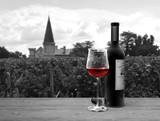 Stilleben mit einer Flasche und einem Glas Rotwein im Bordeaux Stil mit einem