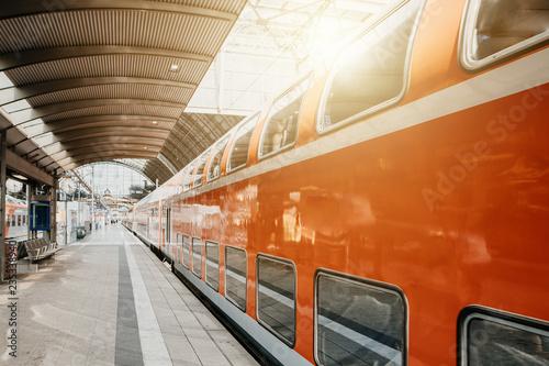 Bahn hält am Gleis