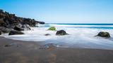 plage de sable noir rocher mouvementde l'eau © AnneLaure