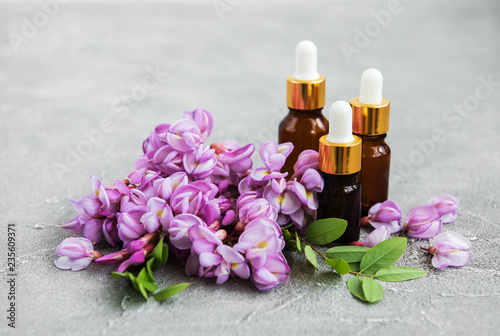 Olejki eteryczne i różowe kwiaty akacji
