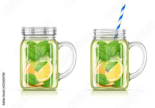 Odświeżająca woda z cytryny, pomarańczy, mięty pieprzowej i ogórka.