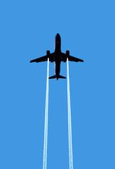 aereo di linea con scia gas di scarico