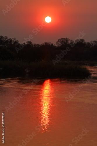 Sonnenuntergang im Okavango Delta in Afrika