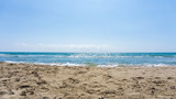 Leerer Strand bei schönem sonnigen Wetter