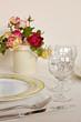 eingedeckter Tisch mit  Blumendekoration