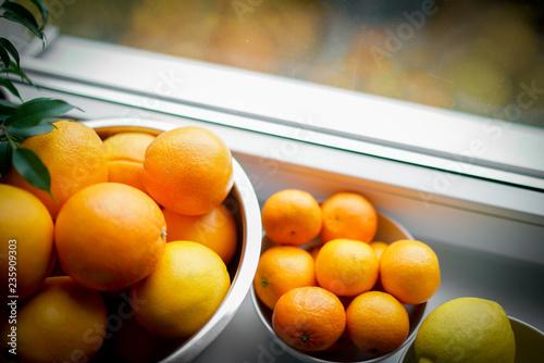 Owoce cytrusowe w oknie