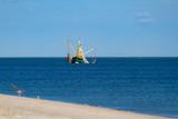 Fischerboot beim Fischen mit Netzen vor der Küste auf Sylt. - 235923978