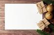 Leinwanddruck Bild - Weihnachten Hintergrund mit Geschenken, Papier und Weihnachtskugeln