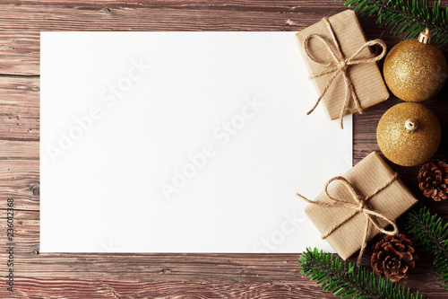 Leinwanddruck Bild Weihnachten Hintergrund mit Geschenken, Papier und Weihnachtskugeln