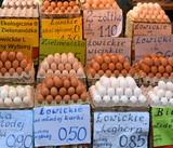Stand mit vielen Stiegen frischer Eier in der Hala Gwardii