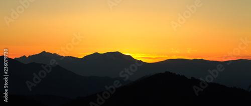 fototapeta na ścianę Пейзаж с горами и солнцем. Заход солнца. Горная местность. Абстрактный фон