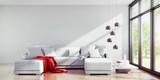 Sofa mit roter Decke in hellem sonnigem Raum