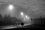 Paysage urbain la nuit et dans le brouillard. - 236143182