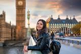 Touristin auf Sightseeing Tour in London auf der Westminster Brücke vor dem Big Ben Turm