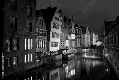 stare budynki w nocy