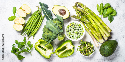 Asortyment zielony żywności na tle światła kamienia.