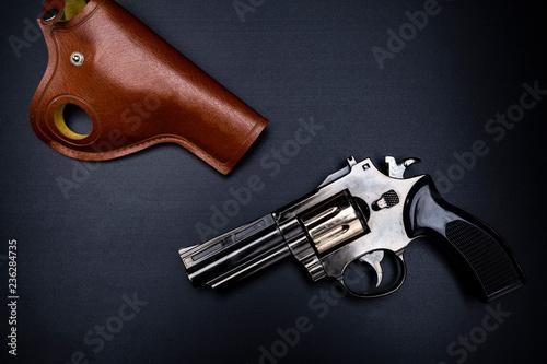 Rewolwer. Broń na czarnym tle.
