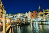 Night view of the Rialto bridge.