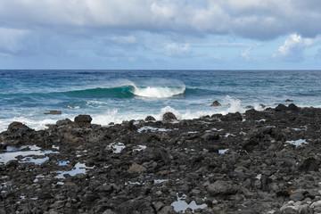 Fala na oceanie kamieniste wybrzeże © Agnieszka