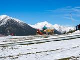 Parque infantil en un paisaje blanco de nieve en el Coll de la Botella, una pista de esquí de Andorra, Europa, invierno de 2018 - 236480908