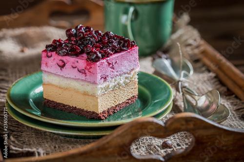 Zbliżenie tort z czarnym rodzynkiem na drewnianej tacy