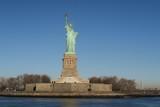 New York Freiheitsstatue mit strahlend blauem Himmel
