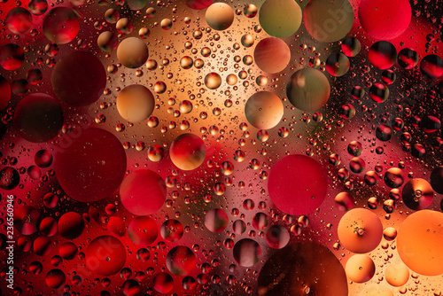 woda spada na szkle z kolorowym tłem, zakończenie