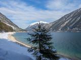Lac Achen (Achensee) en Autriche vu de Pertisau entouré des massifs des Karwendel et les Alpes de Brandenberg - 236578370