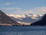 Au nord du lac Achen (Achensee) en Autriche avec vue sur la commune de Maurach - 236578540