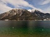 Lac Achen (Achensee) en Autriche vu de Pertisau entouré des massifs des Karwendel et les Alpes de Brandenberg - 236578588