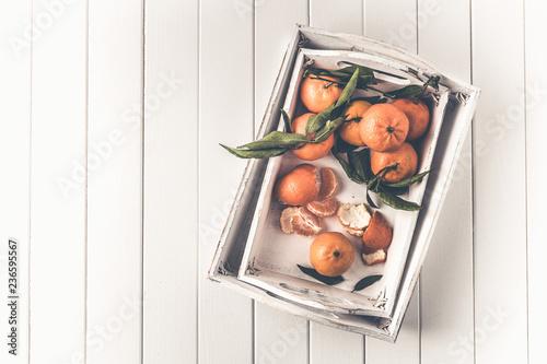 Klementynki mandarynki w białej tacy