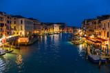 Venezia, il Canal Grande al crepuscolo visto dal ponte di rialto