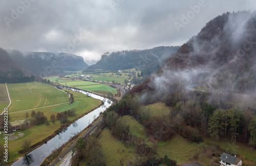 Dolina Dunaju jesienią / Hausen w dolinie / Zinnem