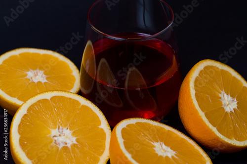 szklanka soku i pomarańczy na czarnym tle