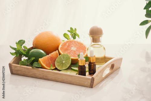 ekologiczne kosmetyki z ekstraktami ziołowymi z cytryny, pomarańczy, mięty na jasnym tle