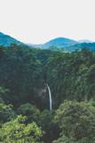schöner Wasserfall in Costa Rica mit Bergen im Hintergrund